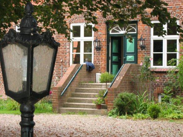 Außenleuchten der Leuchtenserie 'Gutshaus' wunderbar passend an einem historischen Gutshof. Die Wandleuchten (Nr.2005) sind passend zu der Ständerleuchte (Nr.2031) im Vordergrund.