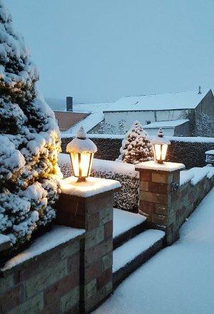 Zwei Sockelleuchten 'Provence' (Art.2193) im Schnee.
