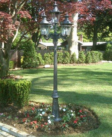 5-flammige Gartenleuchte der Serie 'Anno 1900' mit zusätzlichen Dekorelementen auf den Leuchtenkronen.